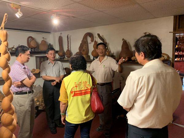 ▲座談會後與會人員考察民雄葫蘆教育農園,由園主也就是台灣農村藝術家張家農(右二)在葫蘆博物館內向一一大家介紹葫蘆藝術品。