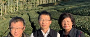 ▲金獅莊園連福製茶朱峰寬(左)在茶園裡向台灣扶農協會理事長鍾震璋(中)及嘉義縣傑出農民協會理事長郭素貞(右)解說茶樹栽植技術及管理。(照片/台灣扶農協會提供)